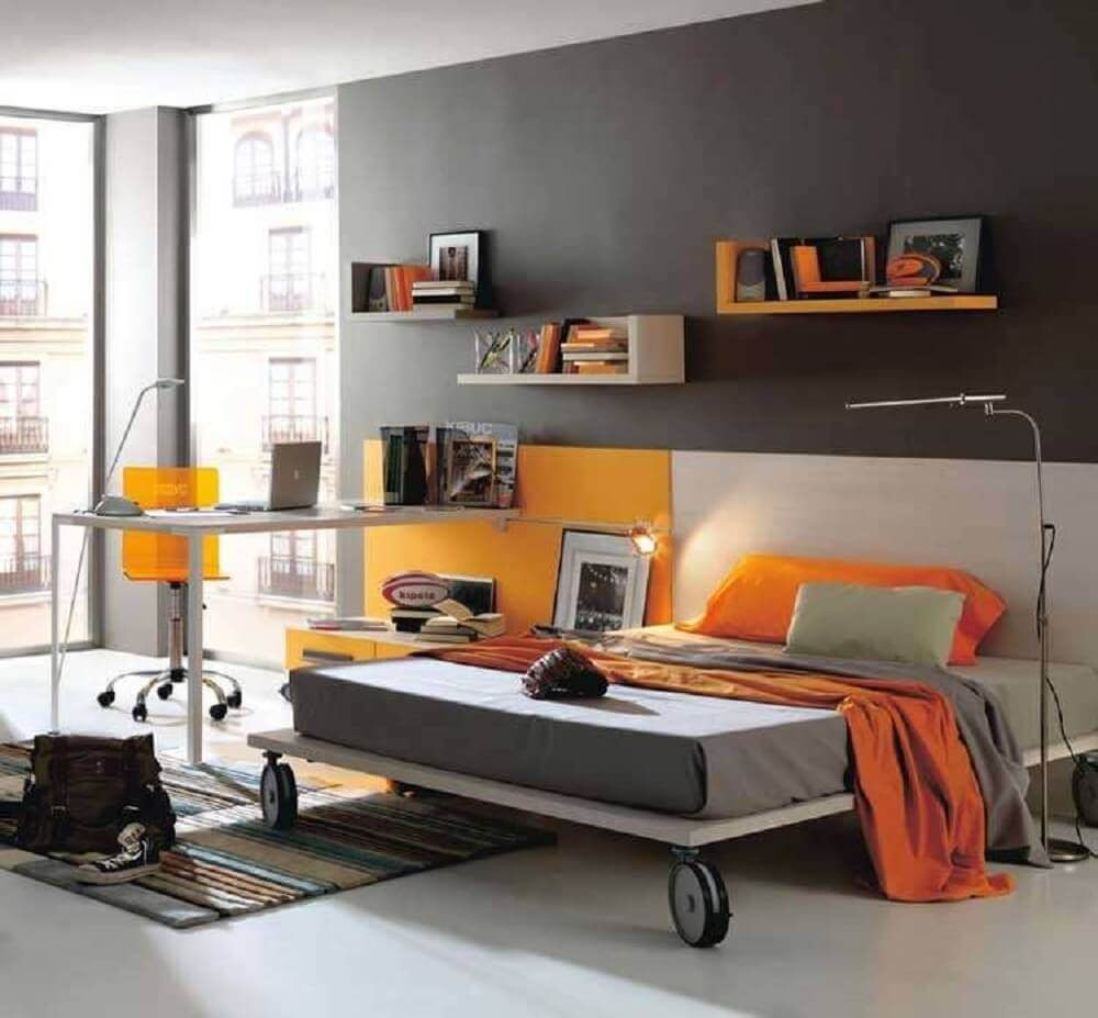 quartos modernos com área de trabalho decorado em tons de cinza e laranja  Foto Home Design Interior