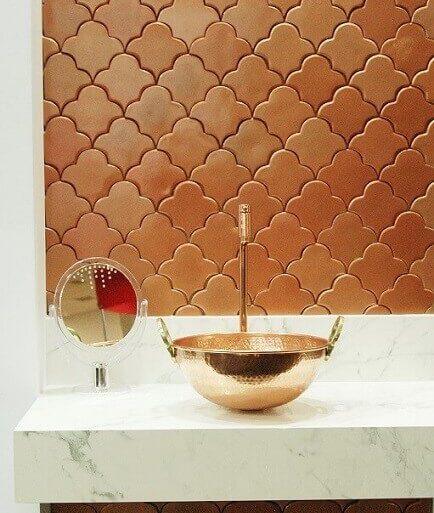 revestimento 3d para banheiro sofisticad com cuba bronze e bancada de mármore- coleção zellige