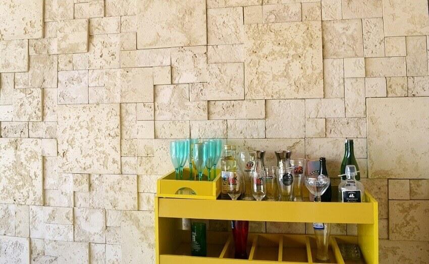 revestimento 3d parede para sala com pequeno barzinho amarelo -coleção admirato
