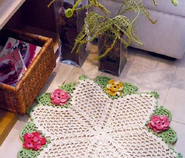 sala decorada com tapete de crochê com flores Foto Casa e Festa