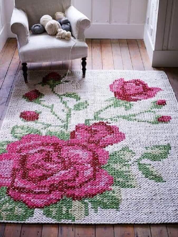 sala decorada com tapete de crochê com flores Foto Restauro e Restyling