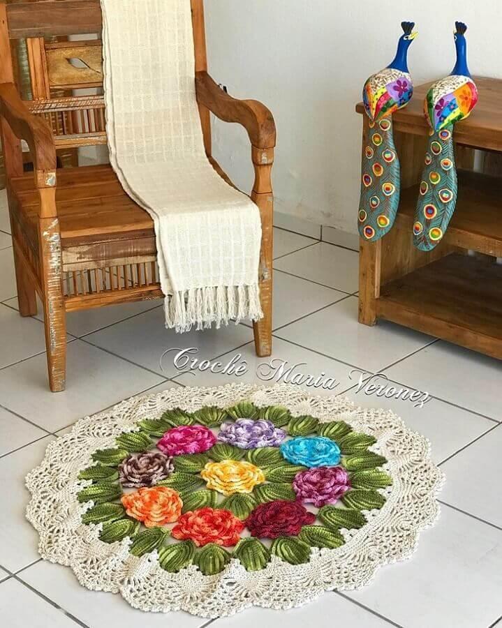 sala decorada com tapete de crochê redondo com flores Foto Crochê Maria Veronez