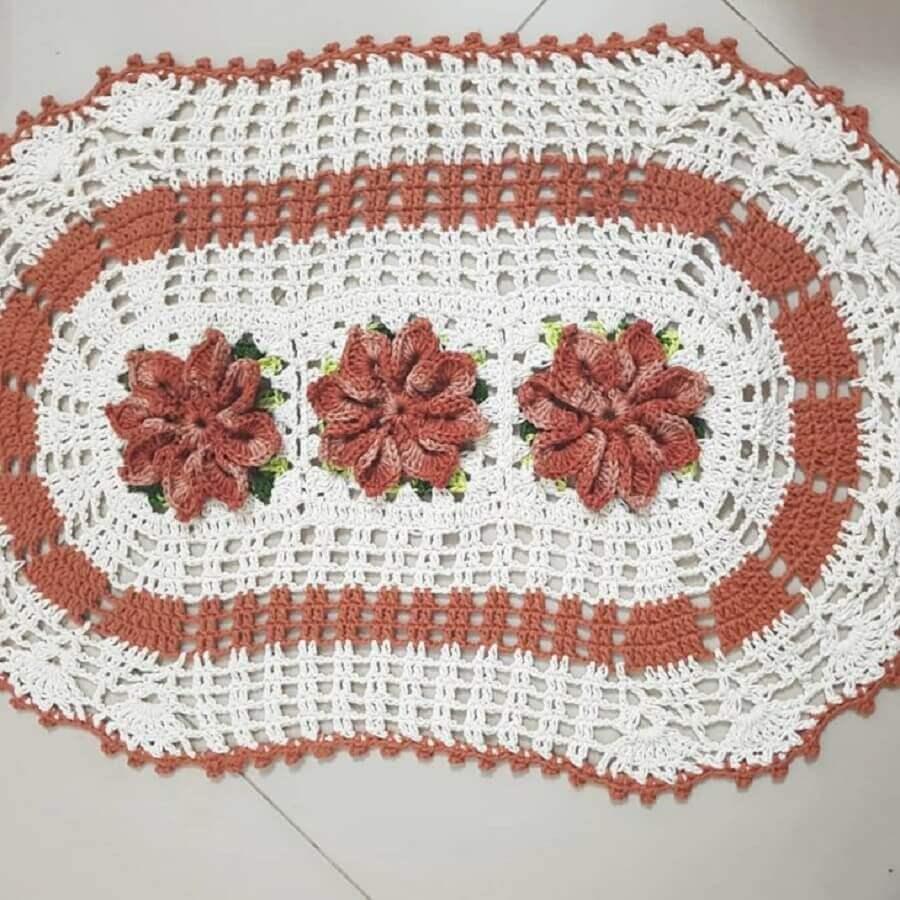 tapete crochê oval com flor Foto Lu - Tapetes Artesanais