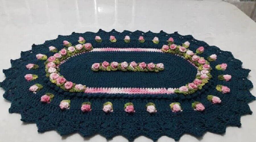 tapete crochê oval com flores cor de rosa Foto Nete