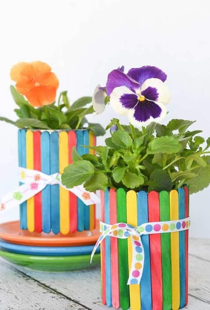 vasinhos de plantas coloridos feitos de artesanato com palito de picolé Foto LaowaiBlog