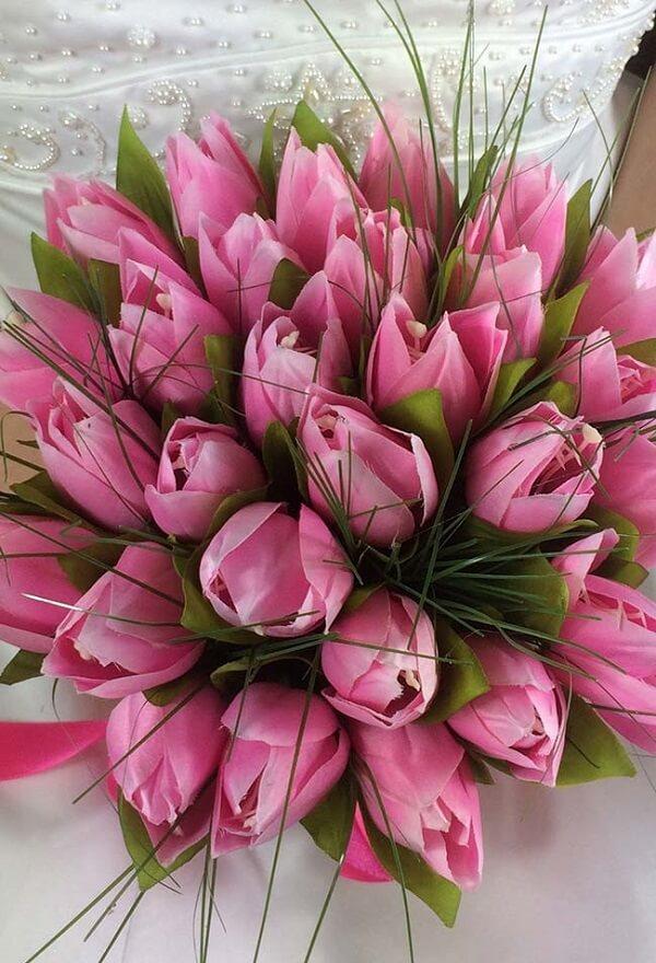 As noivas amam um lindo buquê formado com flores de tulipa