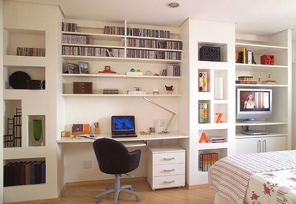 As prateleiras são uma ótima forma de como organizar o quarto de casal