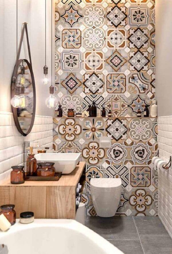 Azulejos com tons de marrom decoram a parede do banheiro. Fonte: Pinterest
