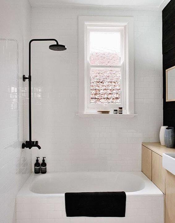 Banheira pequena branca com chuveiro preto Foto de Pinterest