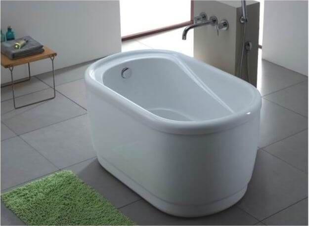 Banheira pequena branca com hidromassagem Foto de PMC Shop
