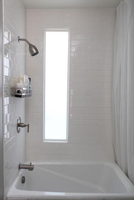 Banheira pequena branca em banheiro com subway tiles nas paredes Foto de Pinterest