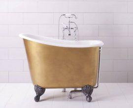 Banheira pequena com base dourada e pés de ferro Foto de Elle Decor