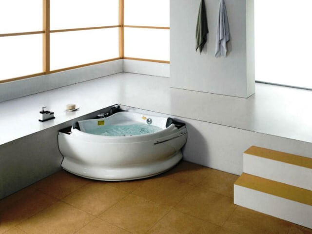 Banheira pequena com hidromassagem em sala de banho ampla Foto de Junkart