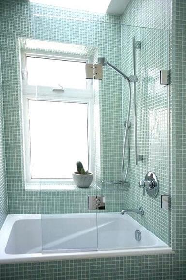 Banheira pequena quadrada embutida em banheiro com pastilhas verdes Foto de Home Square