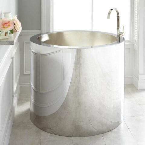 Banheira pequena redonda e metalizada Foto de Tenmien