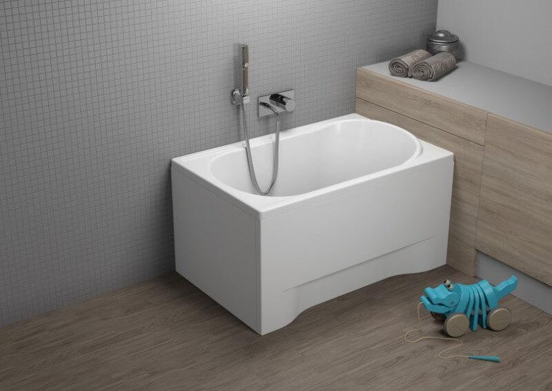 Banheira pequena retangular em banheiro infantil Foto de Polimat