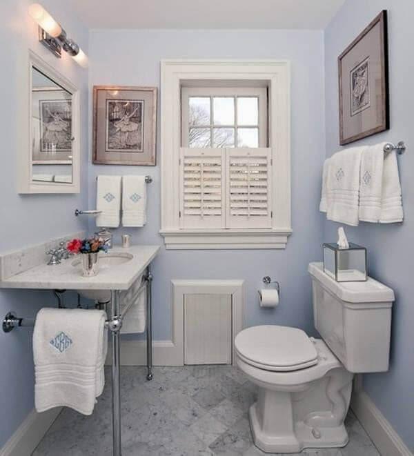 Banheiro pequeno decorado com azul claro