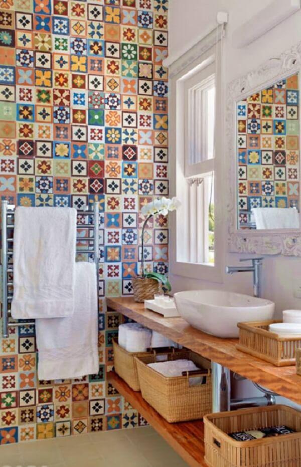 Banheiro pequeno decorado com azulejos coloridos