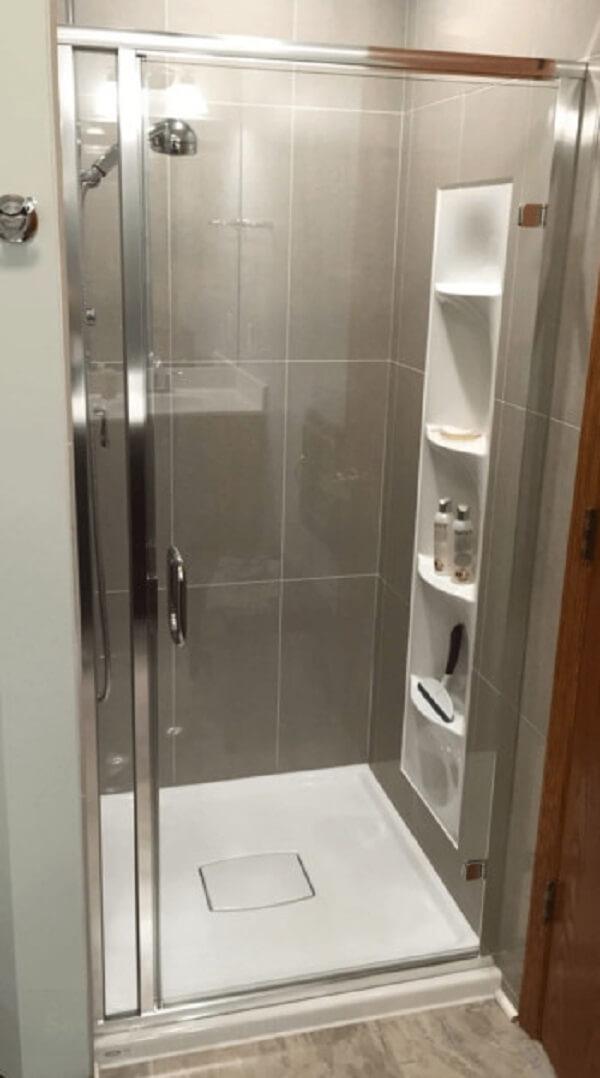 Banheiro pequeno decorado com azulejos largos