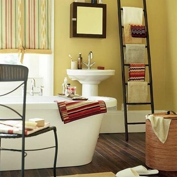Banheiro pequeno decorado com banheira
