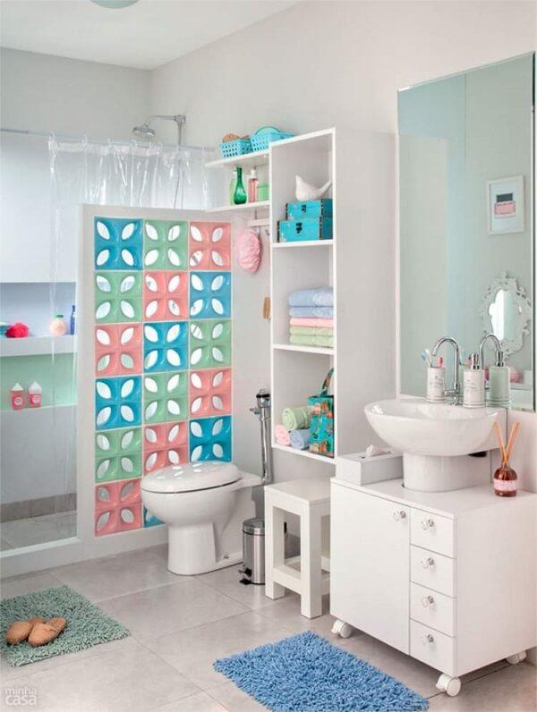 Banheiro pequeno decorado com cobogós coloridos