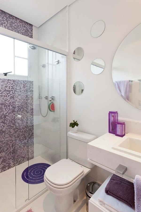 Banheiro pequeno decorado com espelhos