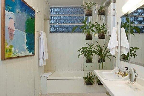 Banheiro pequeno decorado com jardim vertical