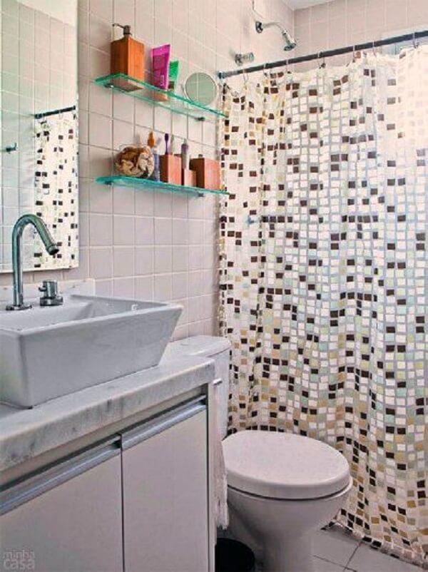 Banheiro pequeno decorado com pastilhas mescladas