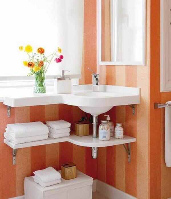Banheiro pequeno decorado com prateleiras