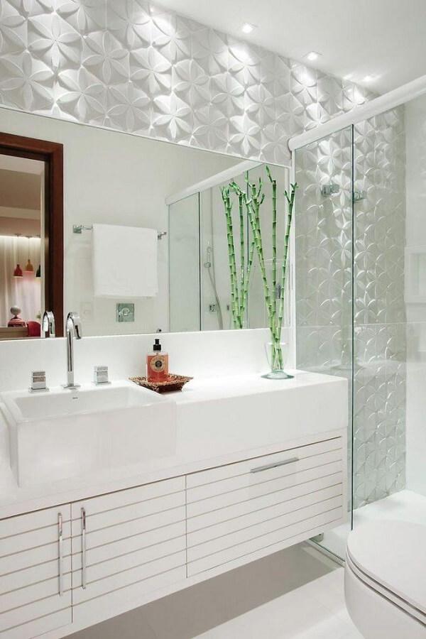 Banheiro pequeno decorado com revestimento aparente