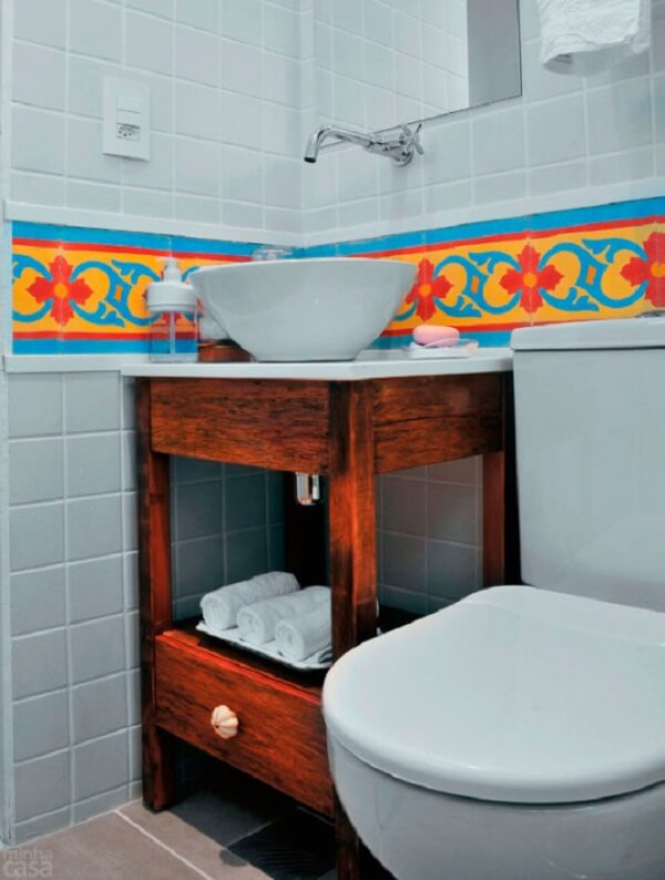 Banheiro pequeno decorado com revestimento colorido