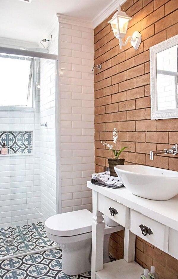 Banheiro pequeno decorado com revestimento de madeira