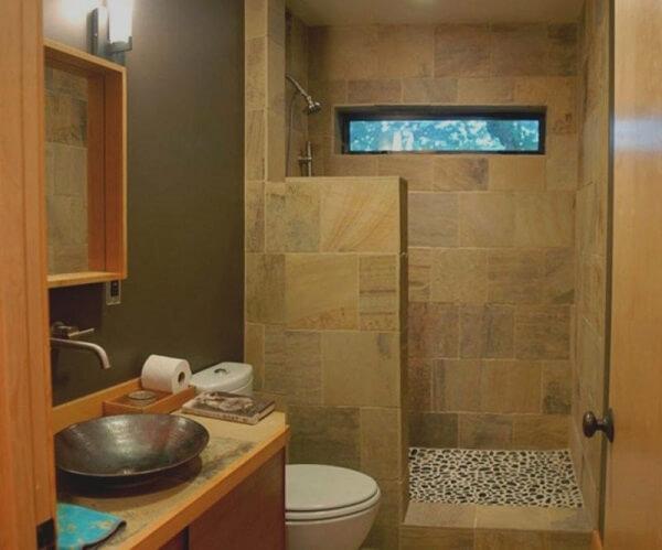 Banheiro pequeno decorado com revestimento pedras