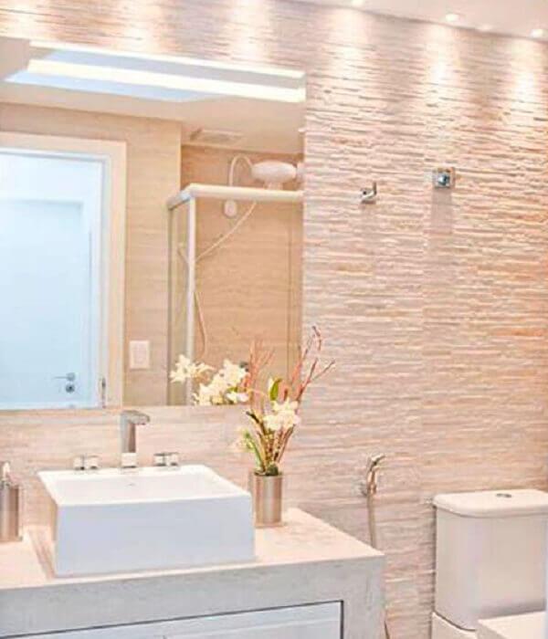 Banheiro pequeno decorado com revestimento simples e moderna