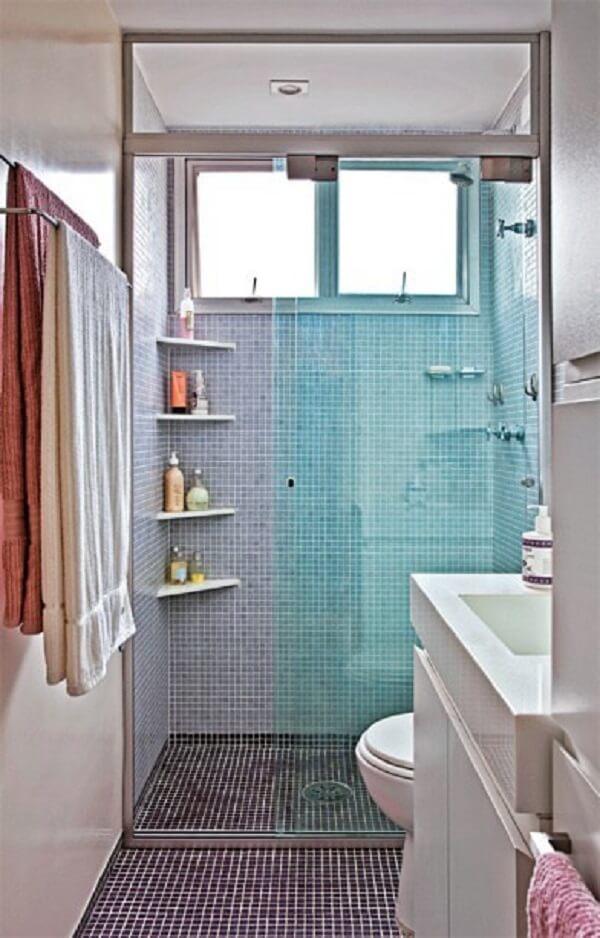 Banheiro pequeno decorado com revestimentos