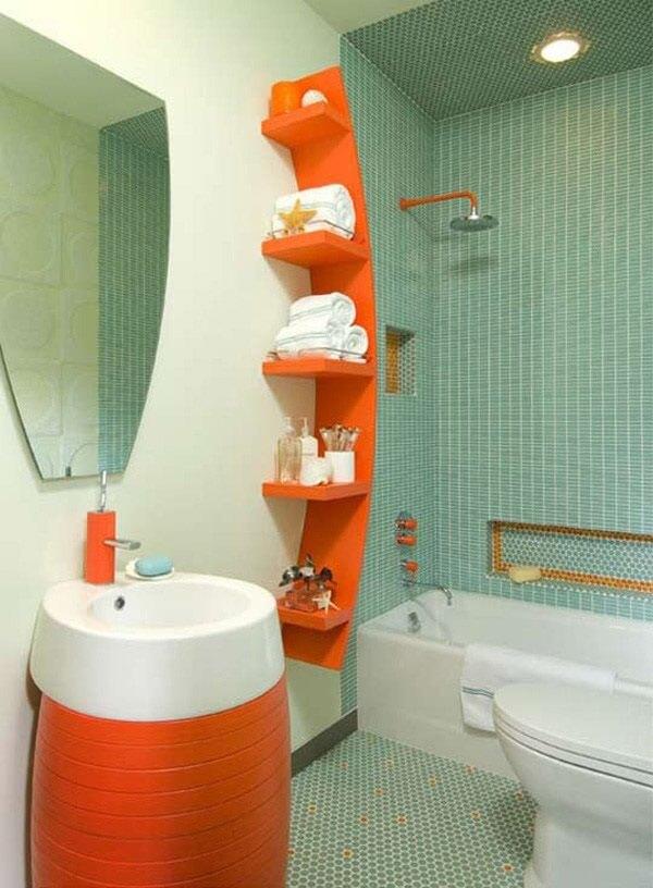 Banheiro pequeno decorado com suporte para toalhas na cor laranja