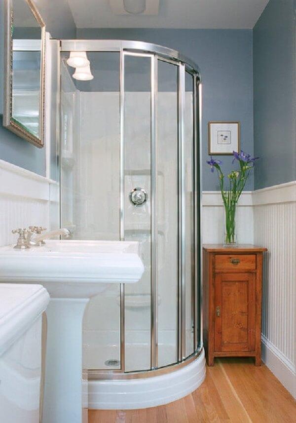 Banheiro pequeno decorado dá destaque em box