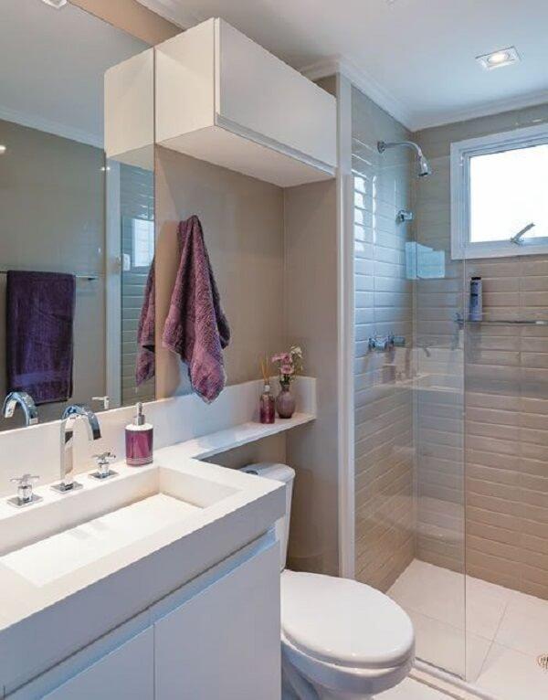 Banheiro pequeno decorado em branco