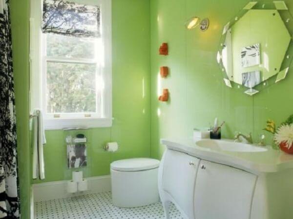 Banheiro pequeno decorado em tom verde limão