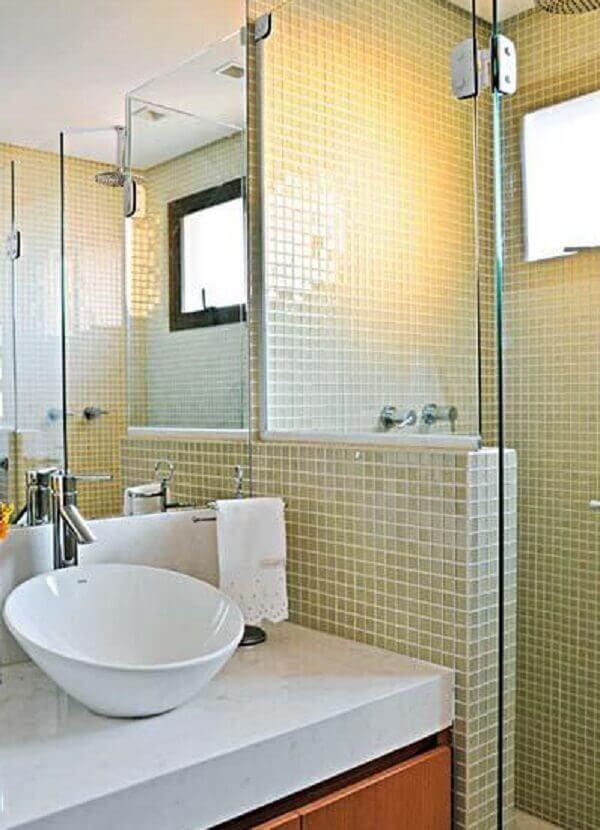 Banheiro pequeno decorado em tons neutros