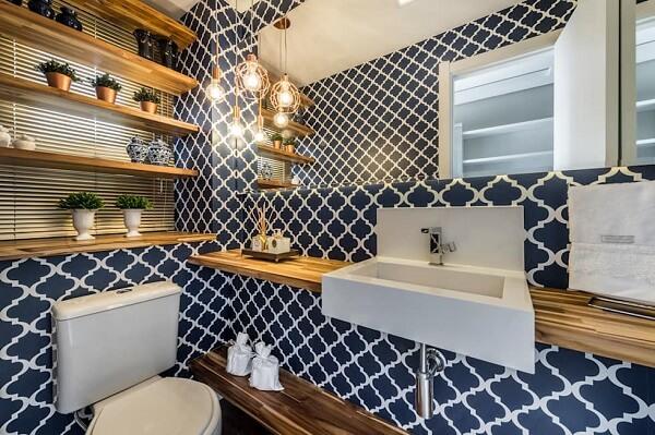 Banheiro pequeno decorado estampado