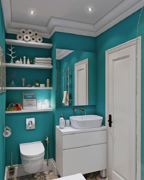 Banheiro pequeno decorado na co azul
