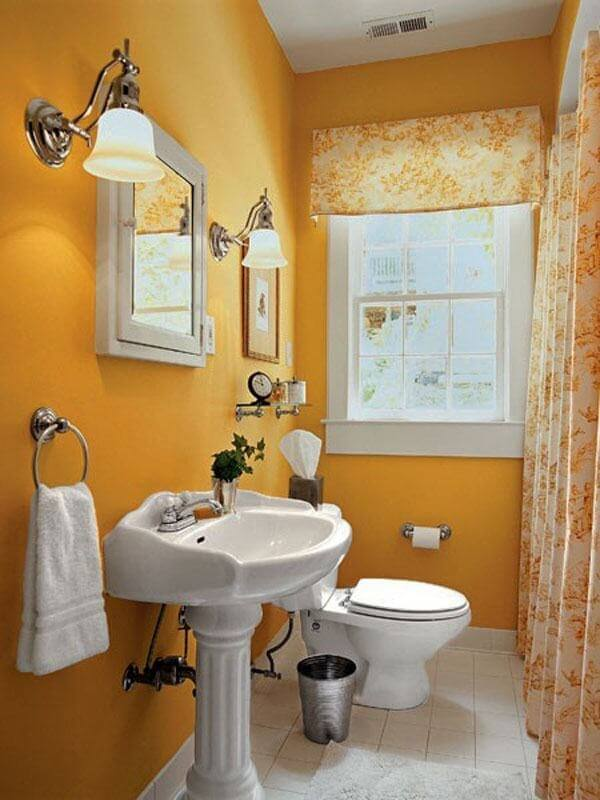 Banheiro pequeno decorado na cor amarela
