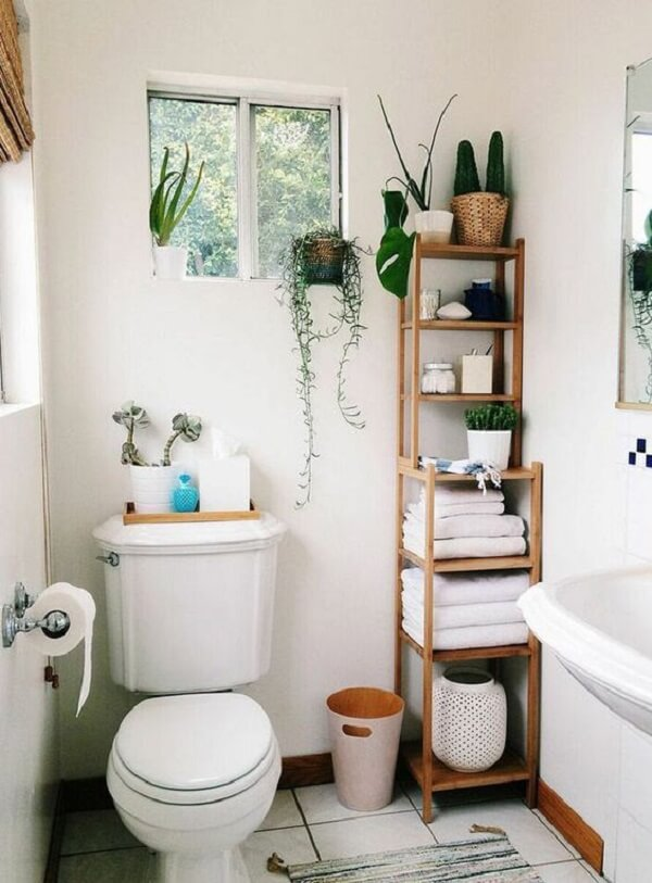 Banheiro pequeno decorado na cor branca