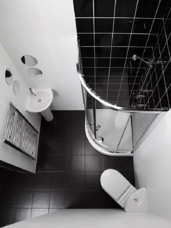 Banheiro pequeno decorado na cor preta