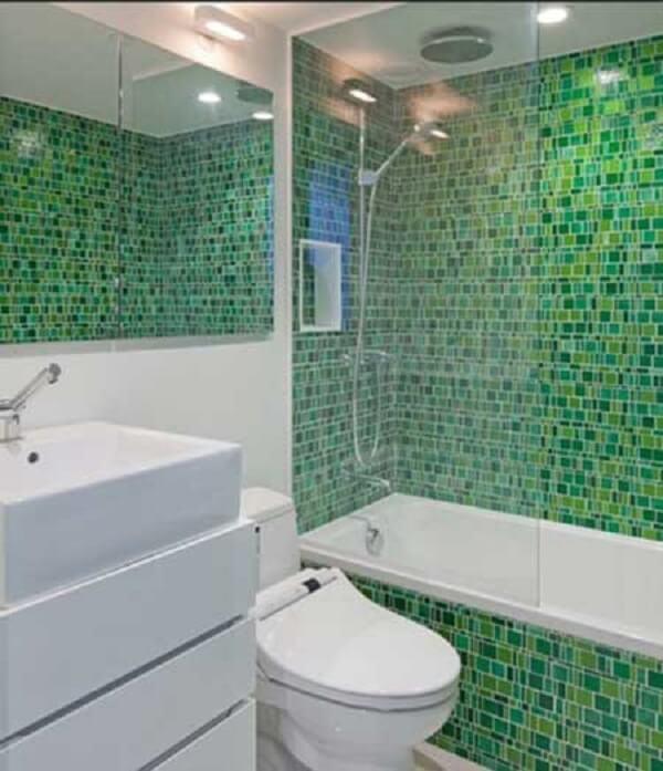 Banheiro pequeno decorado na cor verde