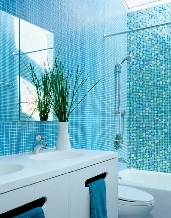 Banheiro pequeno decorado na cozinha azul