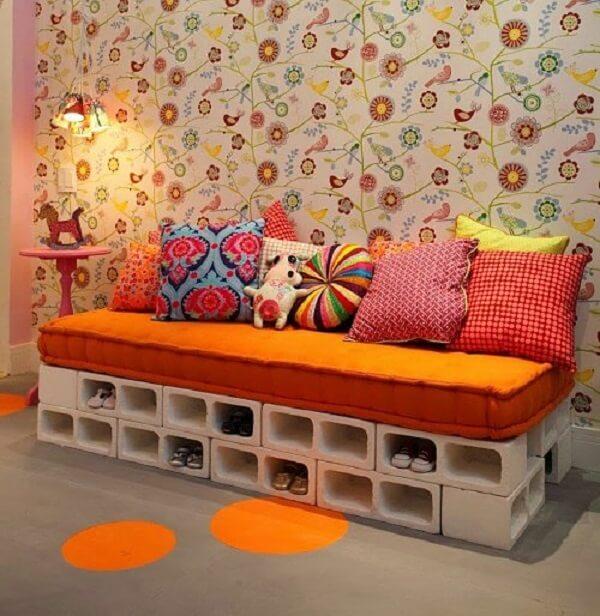 Blocos de concreto cria banco e sapateira para otimizar o espaço e é uma ótima opção de como organizar o quarto