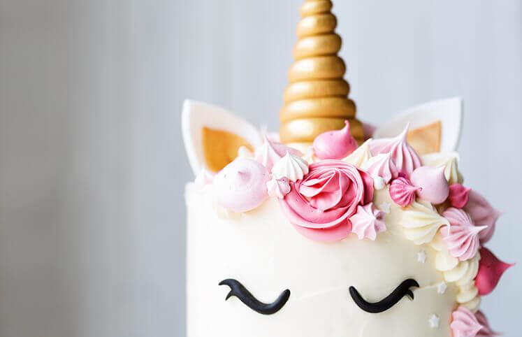 Bolo de festa de unicórnio com detalhes cor de rosa Foto de Amando Cozinhas