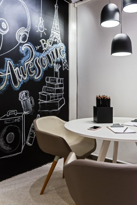 Canto do escritório com parede chalkboard com desenhos Projeto de Estudio Gamboa de Arquitetura-